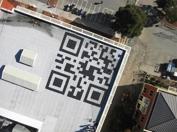 街のいたる所で見かけるQRコードから、いつでもオンラインへと誘導することもできる(画像はFacebook本社の屋上に登場した巨大QRコード)
